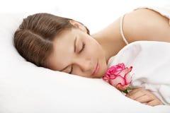 Das schlafende Mädchen mit einer Blume Stockfotografie