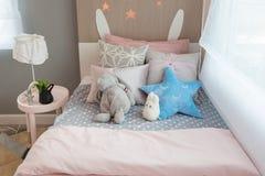 das Schlafzimmer des Kindes mit bunten Kissen lizenzfreie stockbilder