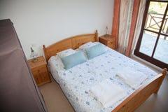 Das Schlafzimmer mit Schreibtisch-Lampe nahe ihr Lizenzfreie Stockbilder