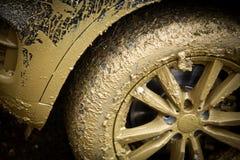 Das schlammige Rad des Autos Stockfotografie
