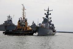 Das Schleppseil drückt das Kriegsschiff im Wasserstand des Hafens von Baltiysk Stockfotografie