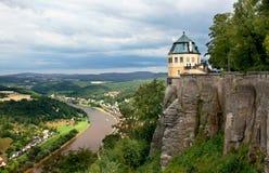 Das Schloss auf einem Felsen über einem River Valley Stockfotografie