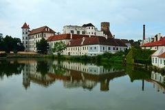 Das Schloss in dem Teich Stockfoto