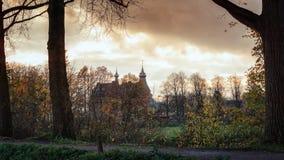 Das Schloss Doorwerth, das hinter einem Baumreihe unde gesehen werden kann lizenzfreies stockbild