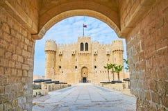 Das Schloss durch das Tor, Alexandria, Ägypten lizenzfreies stockfoto
