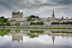 Das Schloss und die Stadt von Saumur. Stockfotografie