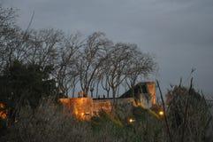 Das Schloss und die Wälle belichtet auf einer Winternacht lizenzfreies stockbild
