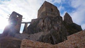 Das Schloss von Csesznek in der Hintergrundbeleuchtung lizenzfreie stockbilder