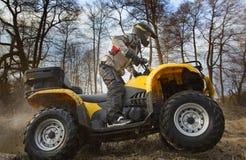 Das Schmutzspinnen des ATV-Viererkabelfahrrades dreht sich Stockbild