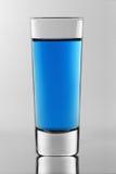 Das Schnapsglas mit blauem Neoncocktail nach innen Lizenzfreie Stockbilder