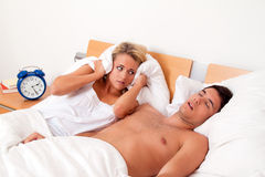 Das Schnarchen während des Schlafes ist laut und unangenehm Lizenzfreies Stockbild