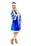 Das Schnee-Mädchen im blauen Weihnachtskostüm Lizenzfreie Stockfotos
