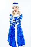 Das Schnee-Mädchen im blauen Weihnachtskostüm Stockbilder