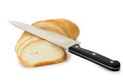 Das Schnitbrot mit einem Messer Lizenzfreies Stockbild