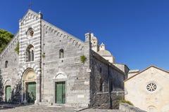 Das Schongebiet weißen Madonnas, früher die Gemeindekirche von San Lorenzo in Portovenere, Ligurien, Italien stockfotografie