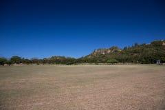 Das schräge Feld am Fuß des Berges Lizenzfreie Stockfotos