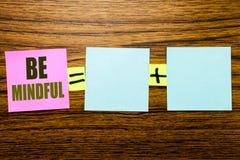 Das Schreibenstextdarstellen ist aufmerksam Geschäftskonzept für den Mindfulness-gesunden Geist geschrieben auf klebriges Briefpa lizenzfreies stockfoto