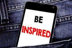 Das Schreibenstextdarstellen wird angespornt Geschäftskonzept für Inspiration und Motivation geschriebener Mobilhandy mit Kopienr lizenzfreie stockbilder