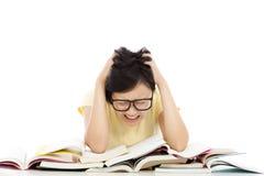 Das Schreien und das müde Studentenmädchen mit vielen buchen Stockfotografie