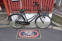 Das schwarze Fahrrad, das auf einem parkenden Verbot geparkt wird, unterzeichnen in Osaka, Japan lizenzfreies stockbild