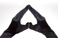 Das schwarze Herz der eleganten Frauen formte die Handschuhe, die auf weißem Hintergrund lokalisiert wurden Stockbilder