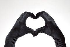 Das schwarze Herz der eleganten Frauen formte die Handschuhe, die auf weißem Hintergrund lokalisiert wurden Lizenzfreie Stockfotografie