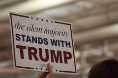 Das schweigende Mehrheit steht mit Trumpfzeichen Stockfotografie