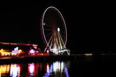 Das Seattle Ferris Wheel nachts stockbilder