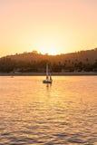 Das Segelboot bei Sonnenuntergang stockfotografie