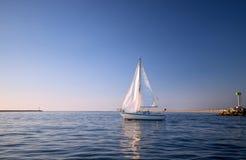 Das Segelboot, das im Wasser sich reflektiert, während es verlässt, Kanal-Inseln beherbergten in Oxnard Kalifornien USA lizenzfreie stockbilder