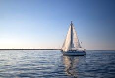 Das Segelboot, das im Wasser sich reflektiert, während es verlässt, Kanal-Inseln beherbergten in Oxnard Kalifornien USA lizenzfreie stockfotos