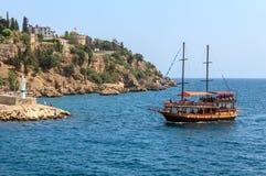 Das Segelboot kommt im Hafen an Stockfotos