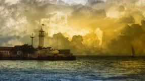 Das Segelboot und der Leuchtturm Stockfotografie