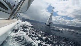 Das Segeln in den Wind durch das Wellen Segelboot schoss in vollem HD auf das Segeln im Ägäischen Meer stock video footage