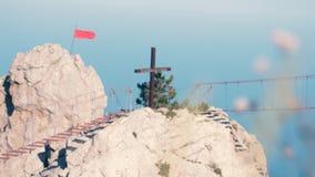 Das Seil auf langer hängender Brücke über dem Abgrund mit Blume auf einem Vordergrund auf den Berg 3840x2160, langsam stock footage