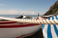 Das Seil des Hafens mit den Booten lizenzfreie stockbilder