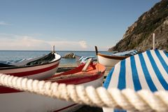 Das Seil des Hafens mit den Booten stockfoto