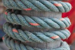 Das Seil gebunden am Pfosten stockfotos