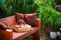 Das selbst gemachte Frühstück auf dem Picknickkorb im Garten Lizenzfreie Stockfotografie