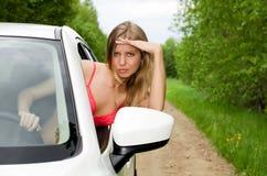 Das sexuelle Mädchen im rosafarbenen Bikini mit weißem Auto Stockfotos