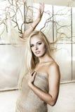 Das sexy blonde Mädchen kleidete im juta mit Baum an Lizenzfreies Stockfoto