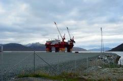 Das sich hin- und herbewegende Offshorehotel, floatel Vorgesetzter, angekoppelt in Tromsoe weitere Arbeit erwartend Stockfotografie