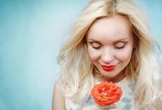 Das sinnliche zarte empfindliche Riechen der jungen Frau stieg, Schönheit concep stockbild