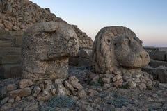 Das Sitzen auf der Ostplattform von Mt Nemrut in der Türkei sind die Statuen eines Adlers und des Löwes Stockbild
