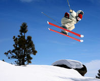 Das Skifahrerspringen Stockfotografie