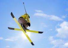 Das Skifahrerspringen Stockfoto