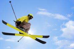 Das Skifahrerspringen Lizenzfreies Stockbild