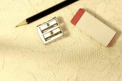 Das Skizzieren/die Schulmateriellen Gegenstände liegt auf einer weißen Spitzeoberfläche stockfotos