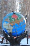 Das Skulptur ` Kugel ` Tyumen Russe Sibirien stockbilder