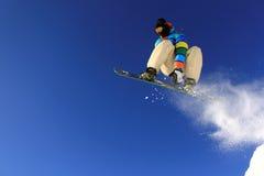 Das Snowboarder-Springen Stockbild